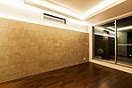 (RELAX&LUXURY)凹凸ある壁面タイルは間接照明に照らされ心地よいアクセントを加えます。