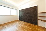 (COOL NATURAL)壁面タイルのアクセントが落ちついた寝室空間を演出します。