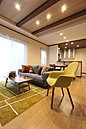 木の温もりが漂う化粧梁をご家族が集うリビングに採用。心地よく寛げる空間デザインが、一味違う優雅な暮らしのスタイルをご提案します。(当社施工例)