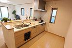 家族でのコミュニケーションがとれる対面型システムキッチン。横一列にシンクとコンロをまとめたシンプルな形です。動きやすさとスタイリッシュなデザインが魅力。(当社施工例)