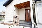 レッドシダーの軒天と造作ポストが印象的な玄関廻り。