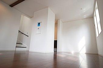 リビングダイニング:英国風の外観に相応しい縦長の窓が並びおしゃれな空間。自分らしい我が家を、ここで創りあげませんか。