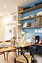 ダイニングルーム当社施工例(同仕様※間取りの違いによる棚板段数の違いあり):ダイニングテーブルの高さに合わせて造られるカウンター。機能性を犠牲にせず、テーブルの上をすっきり片付けられます。