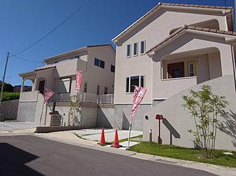 【現地】プロヴァンス住宅の外観で象徴的なカラフルな瓦と白い壁、時間を有効に活用したいミセスのための理想的なレイアウトをプランニング。