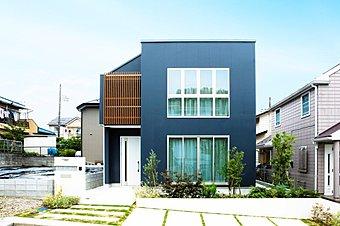 2号棟モデルハウス好評公開中!大きな窓が特徴的な、スクエアデザインのスタイリッシュな外観です。