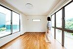 インナーバルコニーと、大型まどに繋がる開放的な主寝室。東西両側からの陽光が入るので、一日中明るさが保てます!