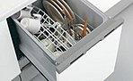 使い終わった食器をセットするだけで、洗浄から乾燥まで行う食器洗浄乾燥機。手洗いと比較して、