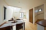 天井が高く、解放感を演出するリビング吹き抜け。大きな窓から自然光が差し込む明るいリビングです。
