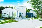 拓匠開発オリジナルの「平屋」のゆとりと2階建ての効率性を組み合わせた「ハイブリッド平屋」の邸宅。主たる生活が1階で済む便利さは子育て世代から大好評です。