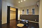 主寝室は落ち着いた雰囲気のクロスを採用し、大人な空間に。
