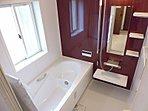 【浴室施工例】   汚れの付きにくいドア、予備暖房、乾燥機能、浴室換気機能、涼風機能付きのシステムバス。