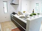 【キッチン施工例】 足元のデッドスペースをフル活用し、収納力と使い勝手を追求した「オールスライドタイプ」です。