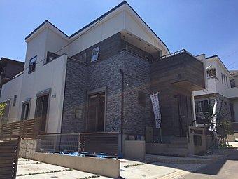 【モデルハウス完成】間接照明と石積調の壁面がリビングに重厚感を醸し出すプラン。