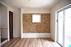 石積調の壁面がリビングに重厚感を醸し出すプラン。
