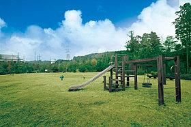 ボール遊びも可能な緑苑坂内のてんじん山公園です。