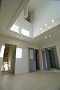 M号棟 内観 暖かな色調に光が差し優しい雰囲気を醸し出します