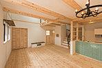アンティークな照明と、軒天にレッドシダーの乱張り、天然木の「チーク」を使用した重厚感のある玄関ドアは感動ものです♫