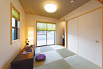 ご家族でくつろいだり、客室としてもお使いいただける和室。趣のあるモダンな空間をお届けします(当社施工実例)