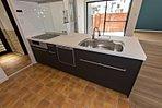 ドレッシングルームにつづくキッチンはタイルテイストのクッションフロアで懐かしみのあるヴィンテージ感をミックスしたスタイル。(当社施工例)