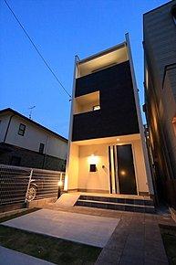 屋上スカイバルコニー付き3階建てデザイン住宅