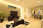 アクセントクロスがおしゃれなリビングは床暖房付きで快適に過ごせます。
