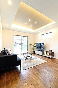 折上天井から間接照明のやわらかな光がリビングを照らします。