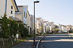 湘南佐島のまちなみ。美しい邸宅が建ち並ぶ(平成26年12月撮影)。