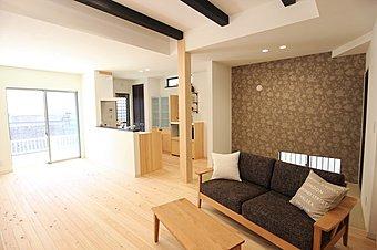 D棟LDK 南向きに面しておりますので明るい空間になり、床や壁、天井梁の無垢材が自然な住空間を演出しております。