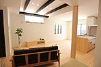 D棟LDK キッチンは全体のコーディネートに合わせて無垢材を使用。より重厚感が漂い毎日の暮らしを楽しませてくれます。対面型オープンキッチンで暗くなりがちなキッチンも開放感のある明るいキッチン。