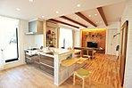 ショールーム ミキホームに展示してある自然素材を使用したLDK。床は、カバ桜とナラ材でお互い堅木なので床に最適です。壁は自社オリジナルの杉材パネル、オシャレで調湿効果があり快適な住空間を演出します。