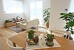 施工例。緑と暮らす癒し溢れるお家。穏やかな光が差し込むので寛げる空間が広がっています。
