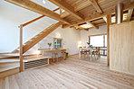 リビング階段のあるLDK。室内の壁はすべて漆喰(しっくい)塗り。床は無垢のフローリング。ドアもすべて天然木です。