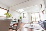 B号棟リビング  勾配天井に設けた南側の天窓より陽の光を確保した開放的なファミリースペースとなっております。