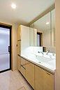 B号棟浴室  足を伸ばしてゆったりと入れる広々タイプのバスルーム。お子様との団らんの時間にもピッタリな空間です。雨の日のお洗濯に便利な浴室乾燥機完備で忙しいママをサポートします。
