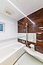 A号棟浴室 足を伸ばしてゆったりと入れる広々タイプのバスルーム。お子様との団らんの時間にもピッタリな空間です。雨の日のお洗濯に便利な浴室乾燥機完備で忙しいママをサポートします。