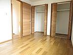 D号棟洋室 2面採光の明るい洋室。全戸4LDKだから、子ども部屋もしっかり確保。自分だけの空間が嬉しいですね。