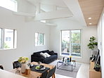 A号棟LDK リビングから続く勾配天井により、開放的な空間となっております。ダイニングテーブルやソファーなどを置いても、十分ゆとりあるLDKです。