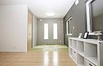 琉球タタミを敷き詰めた明るく雰囲気のある和室!
