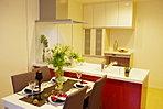【家族の顔が見える】各戸のLDKはオープンキッチン。家事をしながら家族の顔や表の景色が見えるつくりです。収納も食器棚や家電収納を造り付けで確保しています。モデル住戸LDK