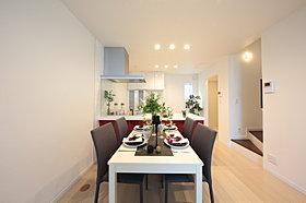 家事動線が短く、収納タップリで使いやすいキッチン回り。