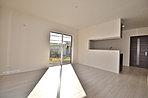 ■現地施工例:主寝室を1階に設けることで、まるで平屋で生活しているような住空間をつくりました。また、和室にベットを配置下空間は、斬新でまるでホテルにいるかのようなしつらえになっております。