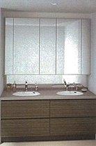 直線のLEDライトを使用した明るい浴室。