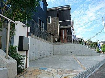 「リストガーデン辻堂」は外構にもこだわっております。また、駐車スペース2台分と家族全員の自転車を置いても余るほどの駐車スペースをご用意しております!