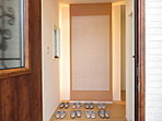 【モデルハウス公開中】玄関正面の壁には調湿タイル(エコカラット)を使用し、湿度やニオイを整え快適な空間を保ちます。