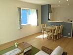 【モデルハウス公開中】白い壁と木目のフローリングで落ち着いた雰囲気の2階洋室。