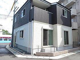 3方道路の開けた敷地に建つシンプル可愛いモデルハウス。
