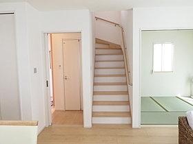 LDKから和室、2階、玄関へ移動可能。生活の中心となるLDK