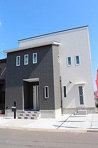 ブラックとホワイトの組み合わせがおしゃれな外観イメージ。閑静な住宅街に建つスタイリッシュな1棟。小学校まで徒歩7分。駐車スペース2台分で全面道路6mだから車の出し入れもラクラクです!
