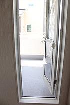 主寝室からもバルコニーに出られるテラスドアがあります。