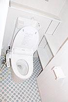 1階トイレは嬉しい棚付き。ペーパーストックなども置けて便利!